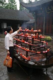 Mannen med handlebagen, formiddagsbesøk i Wenshu tempel , Cjhengdu by, Sichuan provinsen.